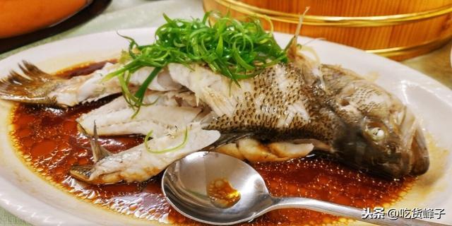 清蒸鱼怎么做,为什么饭店的清蒸鱼又鲜又嫩还不腥气?看20年资深大厨怎么做