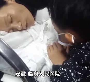 单亲妈妈病危最后关头,紧紧握住11岁儿子的手,儿子是妈妈最后的牵挂