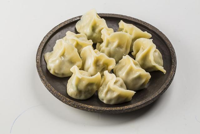 饺子皮怎么和面,手工擀饺子皮有诀窍,2斤面粉1斤水,正确和面,饺子皮筋道好吃