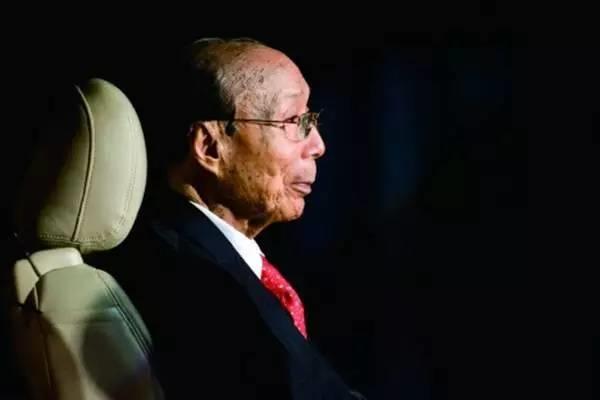 他并不是中国香港最颇具的人,但确是最受尊重的人之一