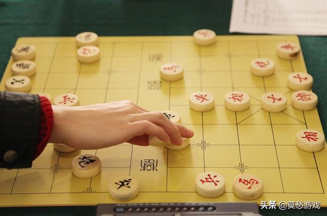 象棋怎么玩,新手必须学的下象棋开局的技巧,知道这些才能进步神速