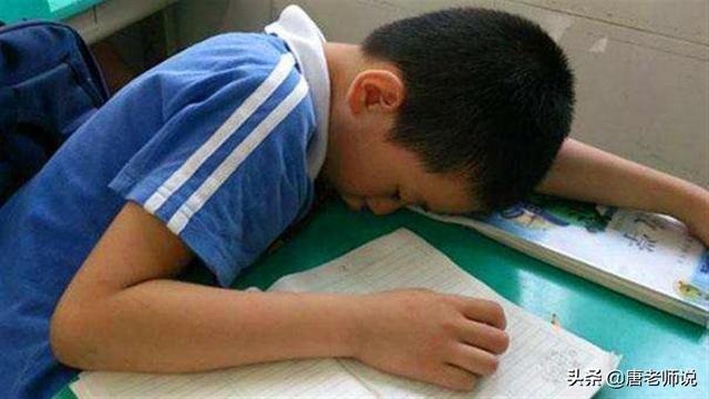 超8成中小学生睡眠时长未达标,超9成小学生睡眠时间不达标,正上课就能睡着,原因不止是作业多
