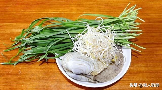 河蚌怎么做,做象拔蚌,记住这个步骤,配上春天的韭菜和豆芽,好吃到起飞