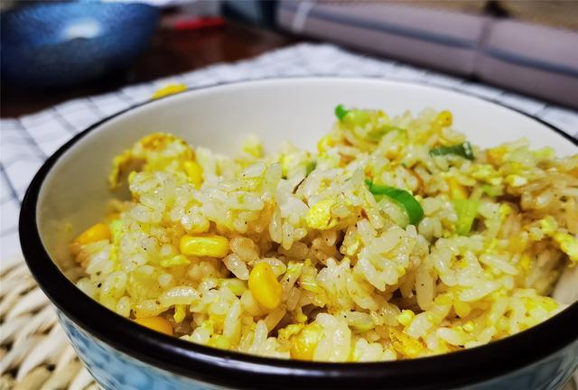 """炒米饭的做法,炒米饭要好吃,只需掌握3个""""黄金法则"""",保证粒粒分明,喷喷香"""