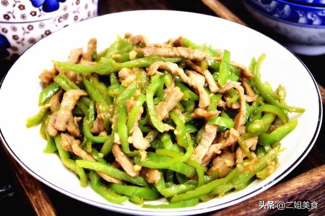 青椒肉丝的做法,青椒炒肉丝,很多人都做错了步骤,大厨教您一招,肉丝嫩,青椒鲜