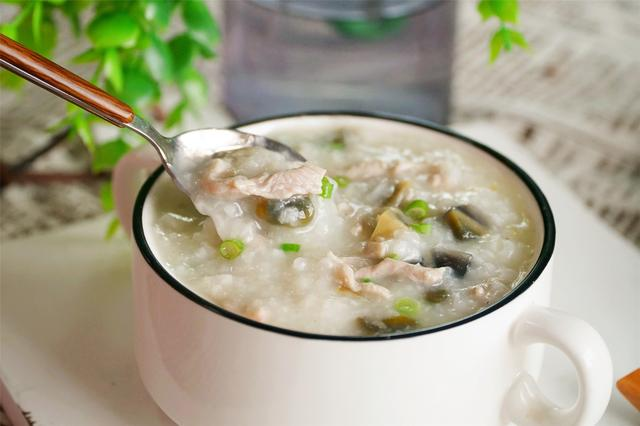 皮蛋瘦肉粥怎么做,做皮蛋瘦肉粥,用此方法来煲粥,真比卖的还好吃,又香又滑