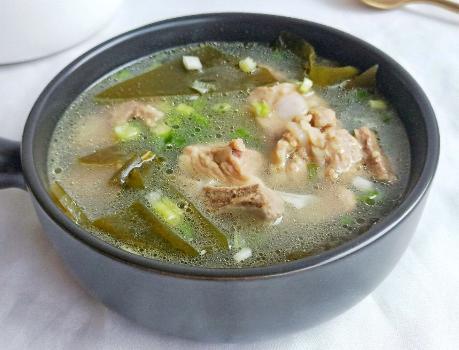 海带汤的做法,做海带排骨汤时,何时放海带很关键,做对了,汤鲜香好喝更营养