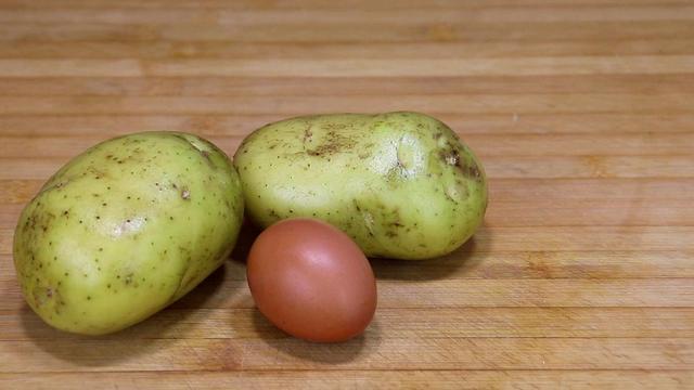土豆的做法,2个土豆,1个鸡蛋,教你1个新吃法,金黄酥脆,比吃肉还解馋