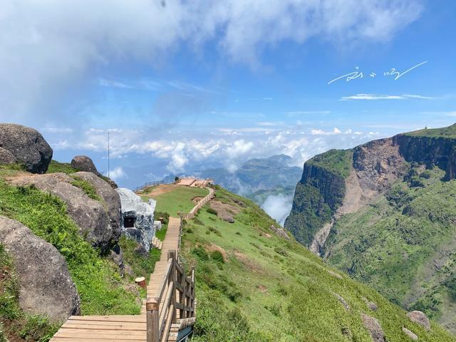 """鸡公山风景区,实拍云南昭通""""鸡公山"""",三面绝壁,峡谷深达2600米,游客却不多"""