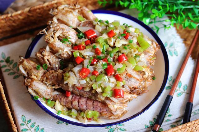 椒盐皮皮虾的做法,做椒盐皮皮虾,别直接下锅炸,多做这一步,焦香酥脆,连壳都啃掉
