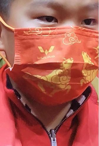 春晚红口罩上热搜了!它的背后居然是一个汽车品牌