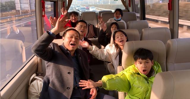 湖南祁东起航守留儿童合唱团学员意味着在教师领着下