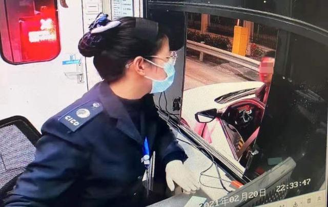 高速出口处,小车副驾驶逃下一个满嘴是血的姑娘,男司机追下了车 全球新闻风头榜 第1张