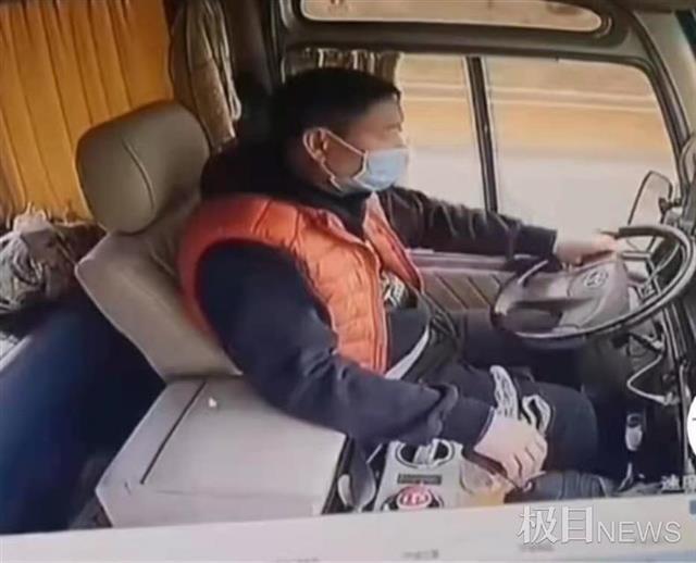 遭货车铁板猛烈撞击,江西一客车司机紧握方向盘救下17人,现已脱离生命危险 全球新闻风头榜 第1张