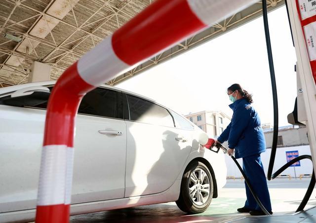 """最新油价调整最新消息,九连涨!95号汽油步入""""7元时代"""",普通私家车加满一箱多花9元"""