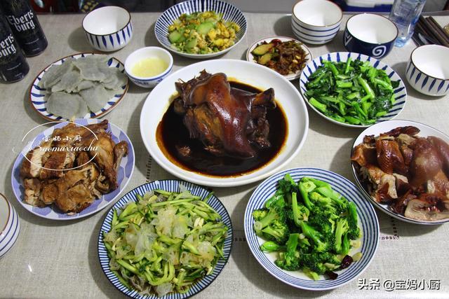 银耳凉拌菜的做法,正月十五家宴,做一桌家乡美食,有荤有素8道菜,不忙活吃着舒服