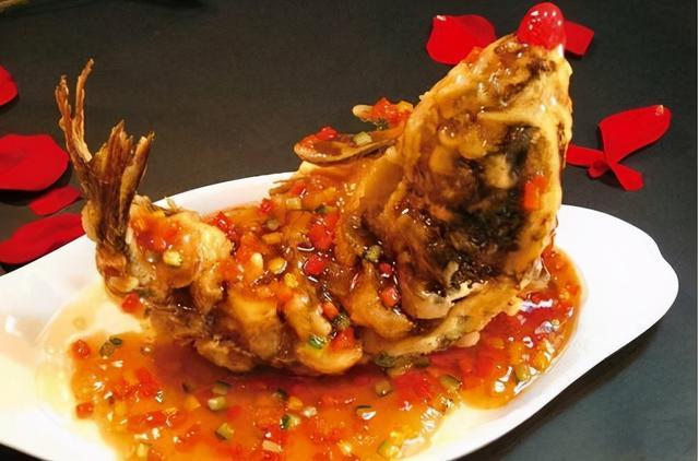糖醋鱼的做法,糖醋鱼怎样做才好吃?大厨教你饭店做法,外酥里嫩,开胃又解馋