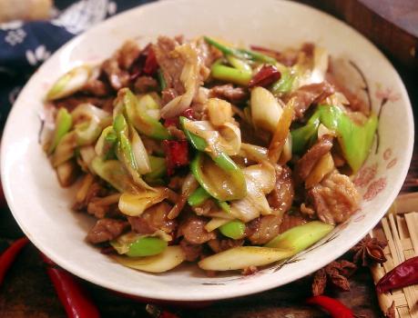 葱爆羊肉的做法,大厨分享葱爆羊肉做法,牢记3点技巧,羊肉嫩滑鲜香,不柴也不膻