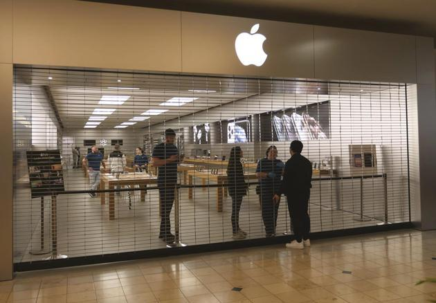 """时隔一年再次全面开门营业,疫情下的美国苹果""""撑""""不住了?"""