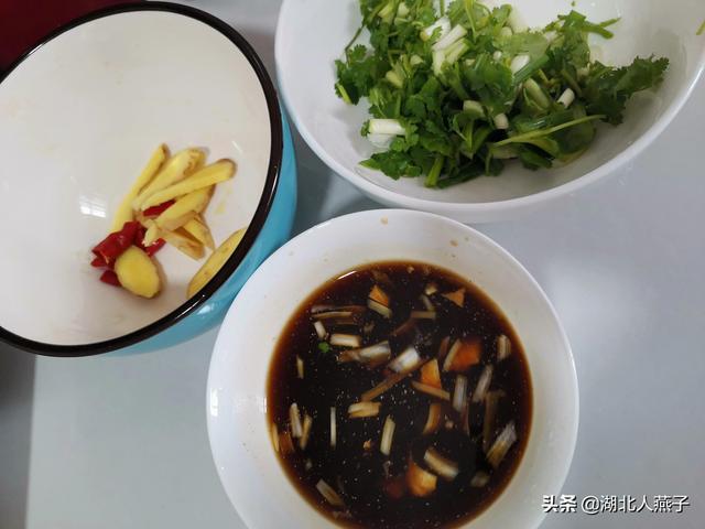 红烧鲤鱼的做法,红烧鲤鱼,只要记住这两点,鱼不粘锅不破皮,鱼肉鲜嫩,又酥又香