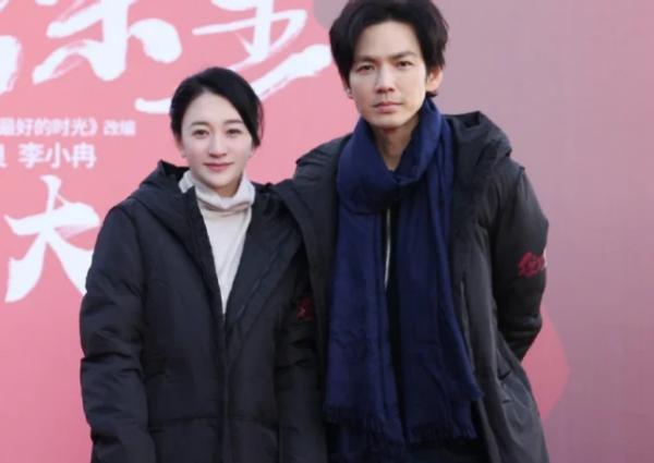 46歲鍾漢良現身春晚綵排,打扮時髦似20歲小伙,群眾圍觀拍照