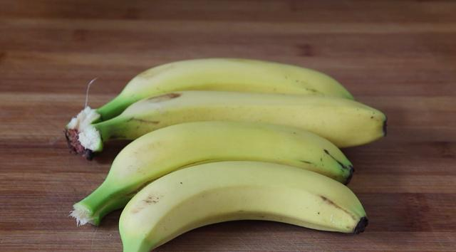 炸香蕉的做法,香蕉里打入2个鸡蛋,吃完都竖大拇指,给肉也不换,孩子爱吃