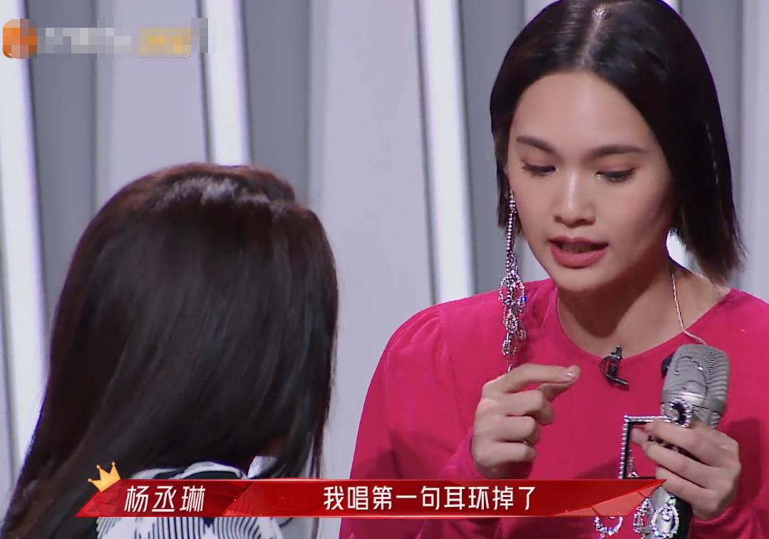 杨丞琳边唱边接住耳环 舞台应变能力MAX!不愧是专业歌手!