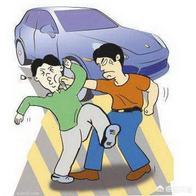 大连一男子深夜被殴打躺在马路中间被出租车轧
