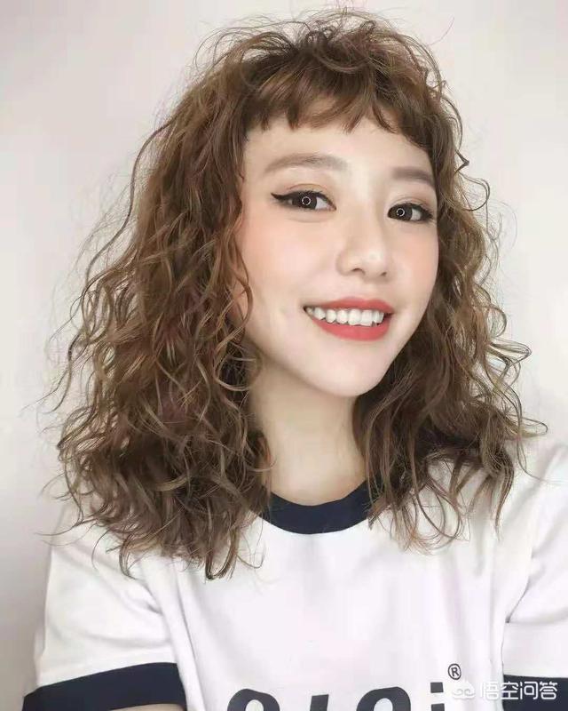 齐肩发烫发发型图片小卷,发量少的女生,烫什么发型好?