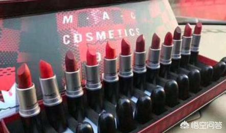 送女朋友礼物口红眉笔套装,第一次送女朋友化妆品送什么好呢?(送礼物给女朋友送什么)