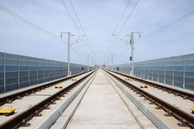 高铁的无缝钢轨不怕热胀冷缩现象吗?