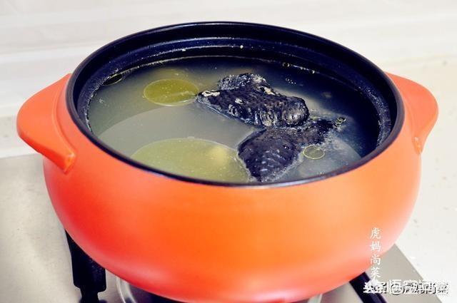 家庭主妇怎样熬出美味的鸡汤?(怎样炖鸡汤好喝又营养)