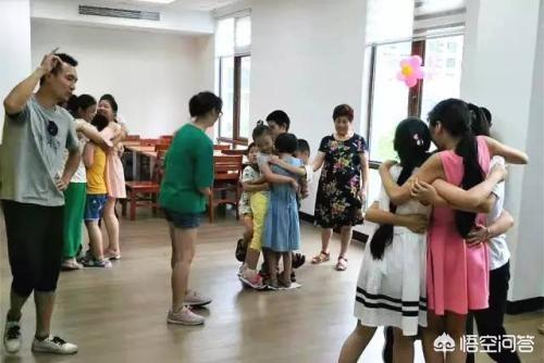 依据幼儿动作发展规律,幼儿易于学习的动作技能是?