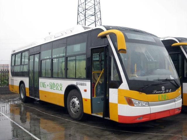 郑州一公交司机要求检查一对老夫妻的行李袋,