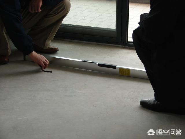 (旧瓷砖不砸贴地胶可以吗)旧瓷砖不砸在上面铺木地板,好吗?