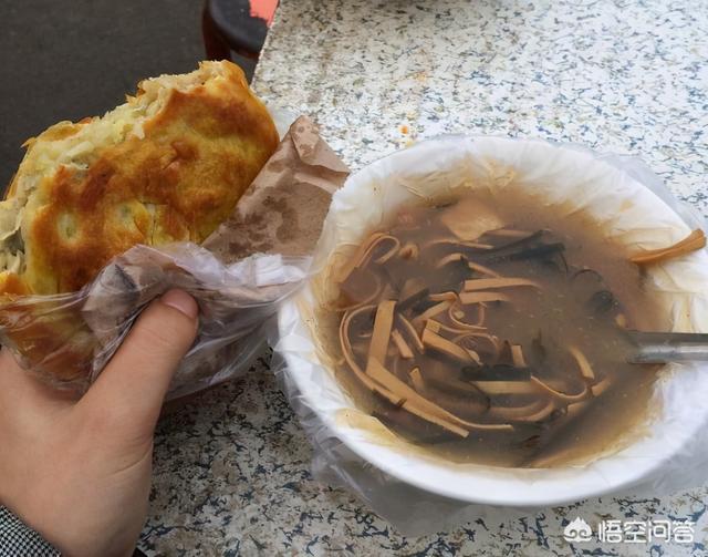 街边卖早餐的都在碗外面套个塑料袋,盛的都是滚烫稀饭,有毒吗?