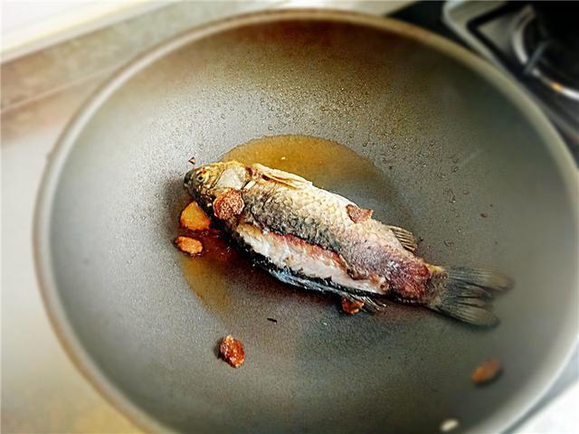 鲫鱼汤怎样做才有乳白色?(怎样炖鲫鱼汤才能变白)