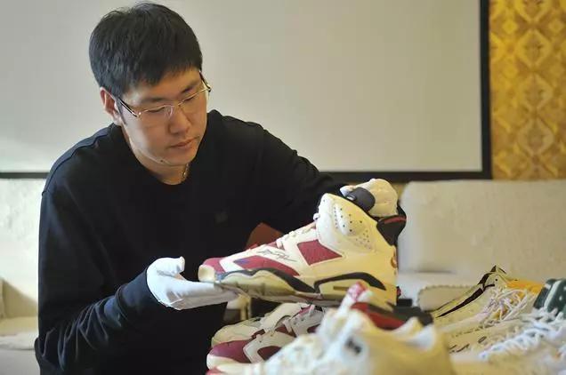 """你怎么看""""哈尔滨小伙收藏15双乔丹亲穿球鞋,成国内第一人""""这件事?"""
