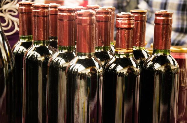喝红酒的真实图片,自己用葡萄酿的葡萄酒能喝吗?