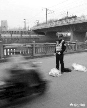 """井盖破损,85后沈阳交警当""""人肉警示牌""""一动不动,你怎么看?(图2)"""