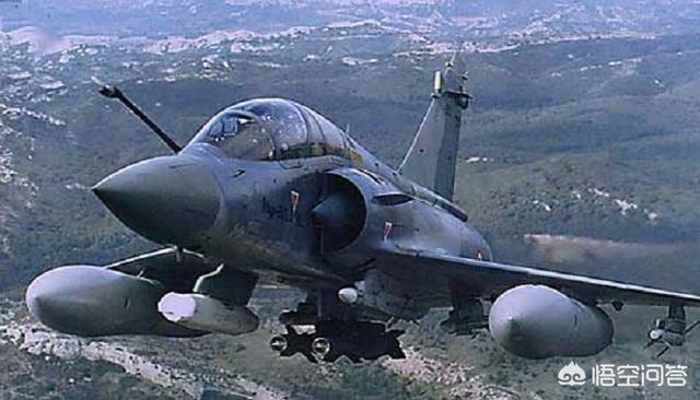 幻影2000战斗机机翼下很大的像炸弹一样的东西是