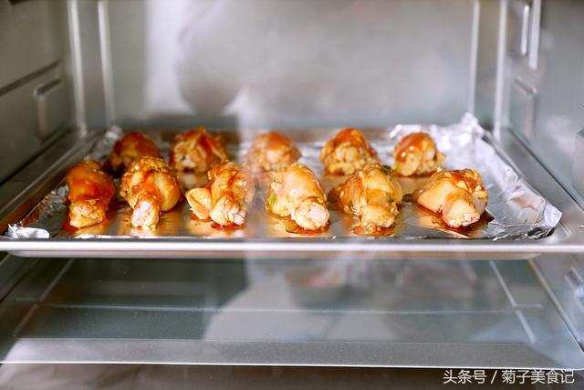 电烤箱烤鸡翅怎么样才能不黏住锡纸呢?(烤鸡翅怎样不会粘锡纸)
