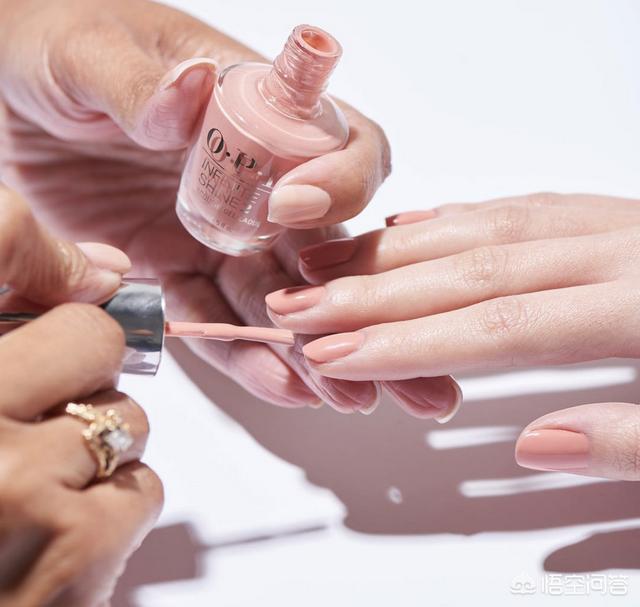 深色美甲图案:肤色黑的手用什么颜色的指甲油?(相关长尾词)