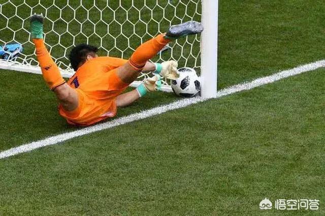 世界杯日本门将耍赖捞出必进球,抗议裁判遭拒