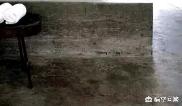 卫生间的地面水泥砂浆潮湿,是否是管道漏水所致?该怎么办?