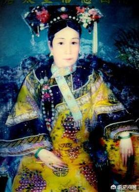 清宫剧中,后妃衣服上为什么都要挂一串珠子?