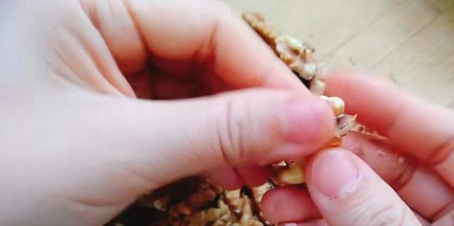 自制琥珀核桃仁怎么做如何做好吃?(琥珀核桃仁做法熬糖教程)