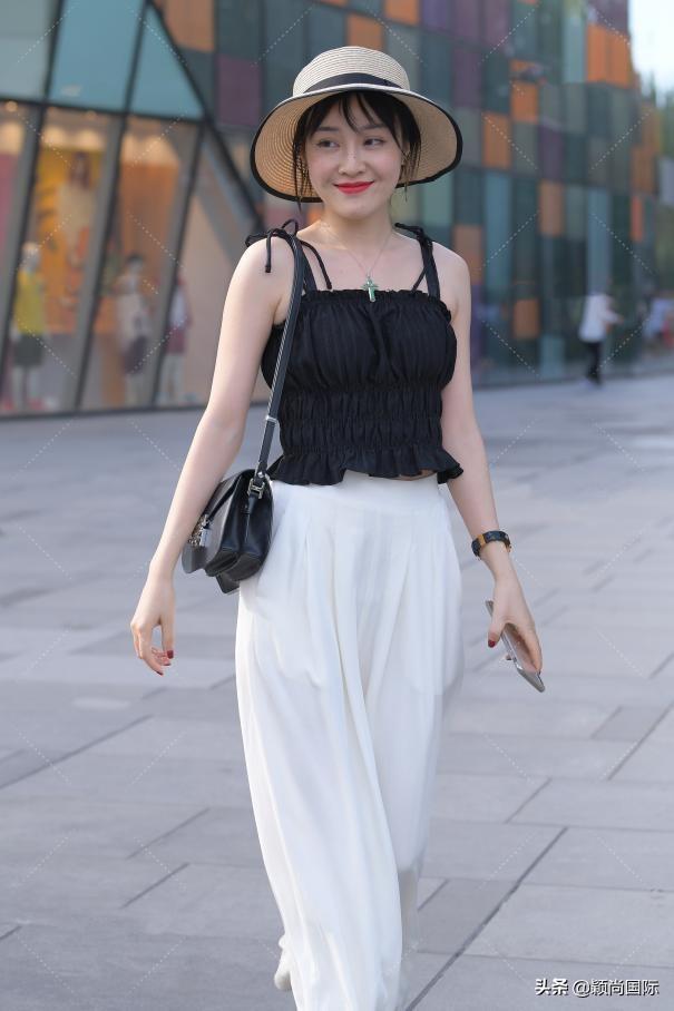 紧身裤两块凸,白色裤子太透了该如何搭配衣服?