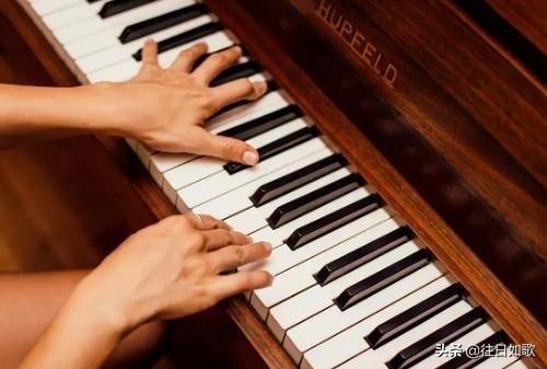 弹钢琴的时候左手伴奏为什么不连贯?