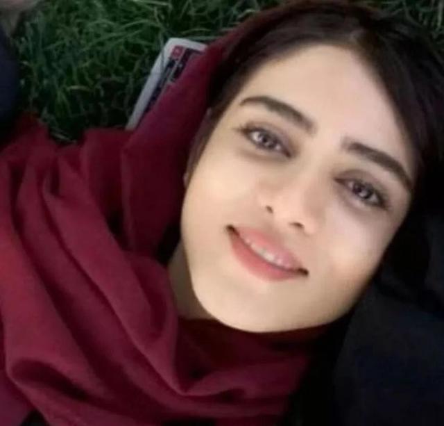 伊朗女球迷变装看足球赛,被抓自焚身亡,你怎